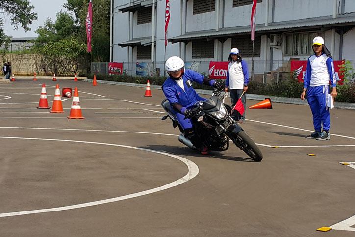 Peserta-melakukan-praktek-slalom-pada-kompetisi-safety-riding-tingkat-komunitas-se-Jakarta-dan-Tangerang