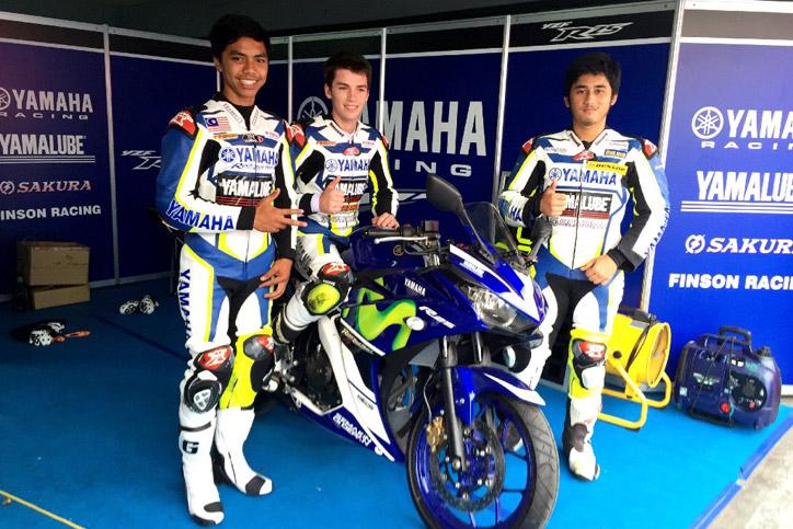 Finson-Racing-Team-berfoto-bersama-YZF-R25-Movistar-Yamaha-MotoGP