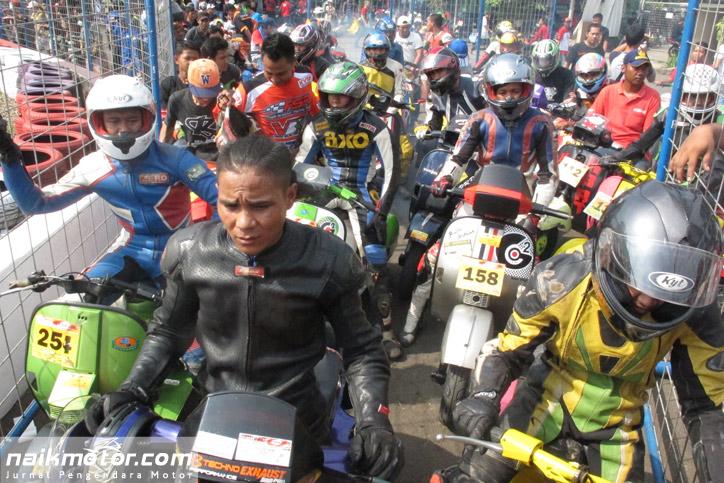 Para pembalap bersiap untuk pemasangan Transponder
