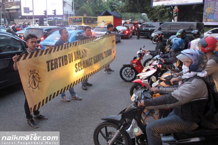 Kutu Community Saat Melakukan Kampanye Keselamatan Berkendara di Perempatan Jalan Fatmawati, Jakarta Selatan, Minggu (12/7)