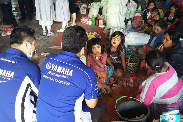 Yamaha-di-tempat-pengungsian-bersama-para-pengungsi-korban-erupsi-Gunung-Sinabung