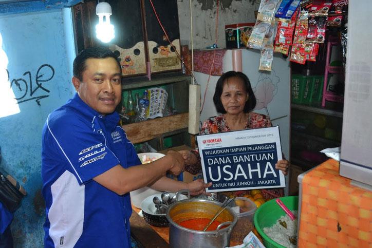 Ibu-Juhro-pedagang-nasi-uduk-mendapatkan-dana-bantuan-usaha-dari-PT-Yamaha-Indonesia-Motor-Manufacturing-yang-secara-simbolis-diserahkan-oleh-Direktur-Sales-Sutarya