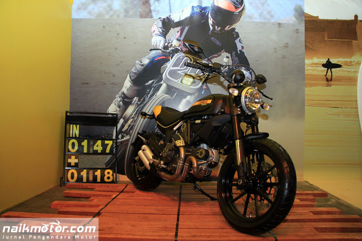 Ducati_Scrambler_800_Full_Throttle_Flat_track