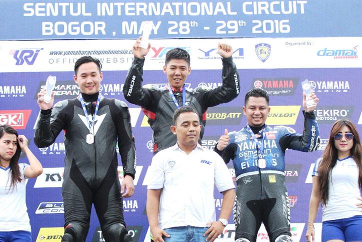 Benny-Saputra-(kiri)-di-podium-seri-5-kelas-Superstock-up-to-1000-cc-Yamaha-Sunday-Race-2016