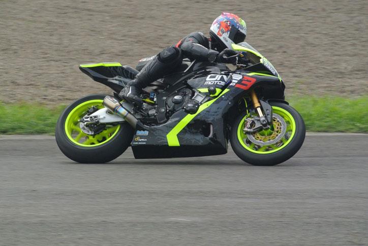Benny-Saputra-melaju-dengan-YZF-R1M-di-seri-3-Yamaha-Sunday-Race-di-Sentul-International-Circuit