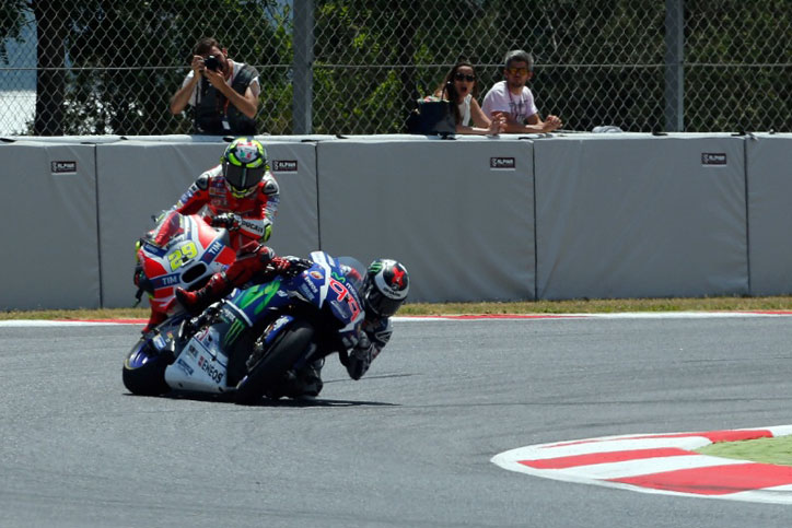 Iannone_VS_Lorenzo_Crash_Catalunya