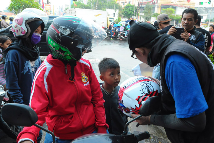 Kutu_Community_Safety_Campaign_Pembagian_Helm_anak_12