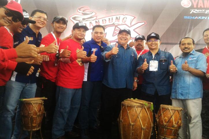 Wakil-Gubernur-Jawa-Barat-Deddy-Mizwar---Management-PT-Yamaha-Indonesia-Motor-Manufacturing-dan-Bandung-Max-Community-dalam-acara-Max-Day-2016