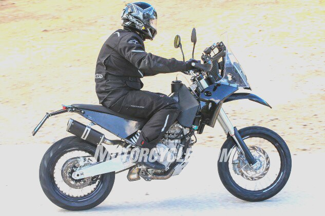 KTM 390 Adventure dengan swingarm dan ground clearance berbeda. Foto: motorcycle