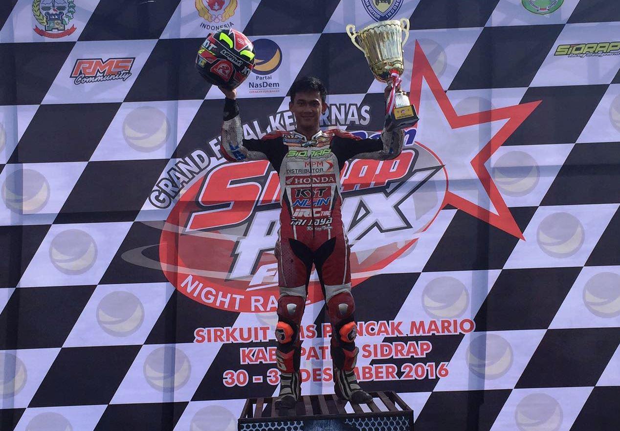 Awhin Sanjaya saat tampil di podium utama kelas SPNR1 race pertama. Foto: Trijaya