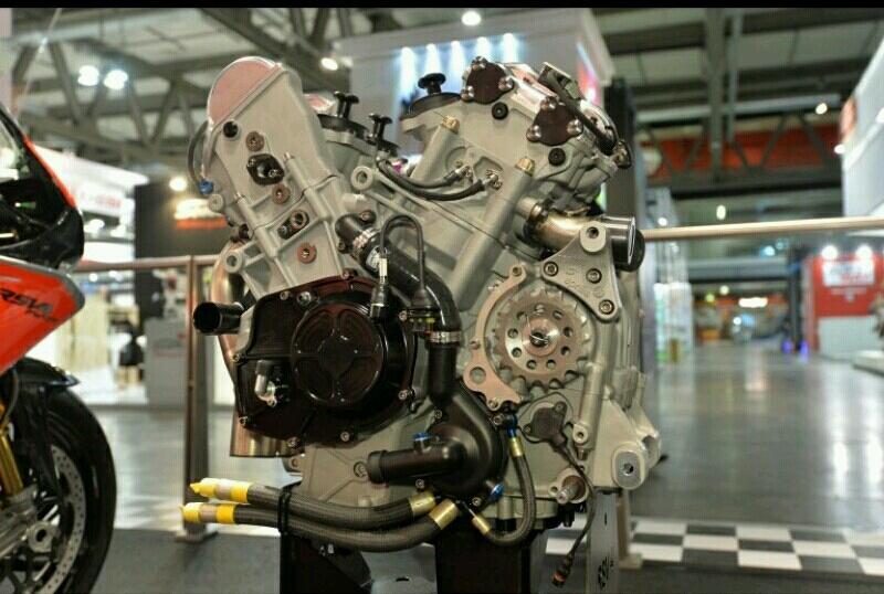 Mesin Aprilia RSV4 R FW-GP dilengkapi pneumatic valve actuation. Foto: aprilia