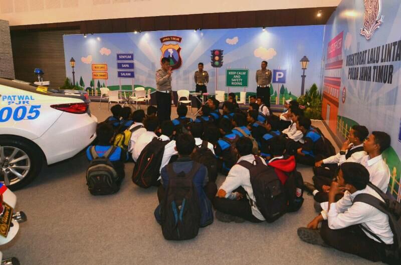 Pameran Otomotif Surabaya 2016 memberikan edukasi keselamatan berkendara kepada siswa SMK Surabya, foto: dyandra