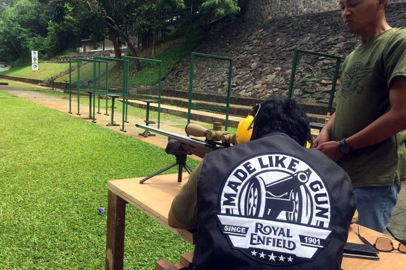 NaikMotor - Satu pemandangan tidak biasa terjadi memecah pagi di kawasan Cilandak,Jakarta Selatan pada Minggu (5/2/2017). Komunitas Royal Enfield dan IDX Bikers menyerbu Markas Marinir.