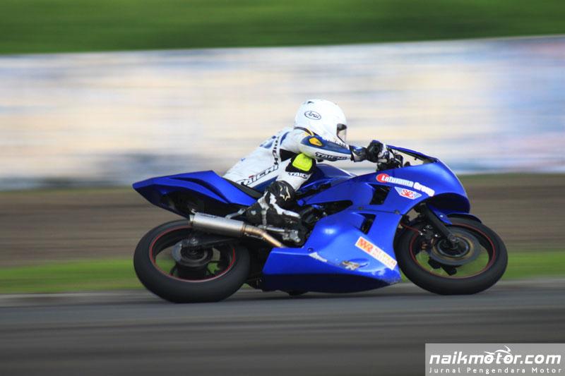 NaikMotor – Dua tahun absen di balapan lokal, Rey Ratukore menunjukan kelasnya sebagai pembalap kaliber internasional dengan menjadi juara di kelas bergengsi Yamaha Sunday Race kelas 250 Pro Rider di Sentul, Minggu (23/4/2017). Rey Ratukore tak tertahan di YSR 250 Pro Rider