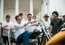 Jokowi Naik Motor Chopper di Istana
