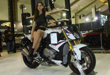 BMW Motorrad S1000R 2018 model roadster dari pabrikan Munich, Jerman telah dihadirkan di ajang Indonesia International Motor Show (IIMS) 2018. S1000R roadster berbasis superbike BMW Motorrad S1000RR andalan tim BMW di WorldSuperbike.