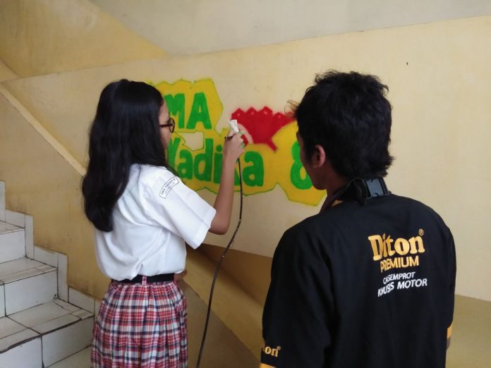 Diton Premium Kunjungi SMA Yadika 8 Jatimulya