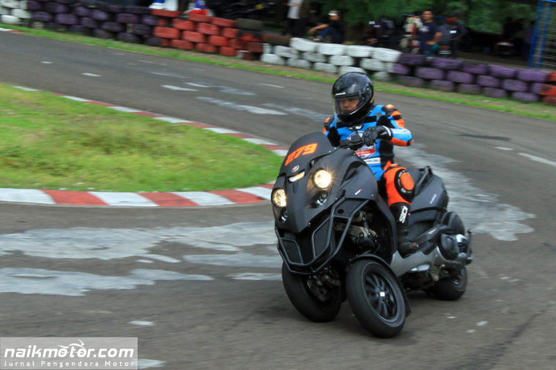 Pembalap Roda Tiga Adaptasi Lintasan Sirkuit