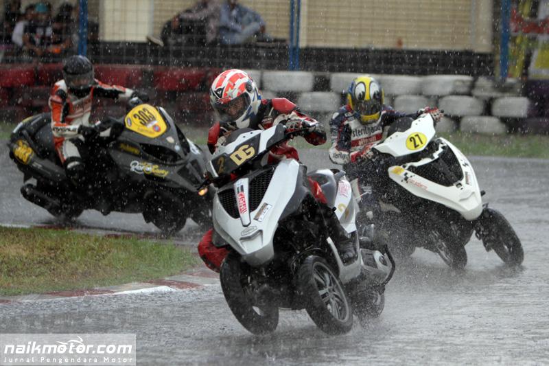 Hujan Deras Bikin Babak Kualifikasi Kelas Tiga Roda Makin Seru