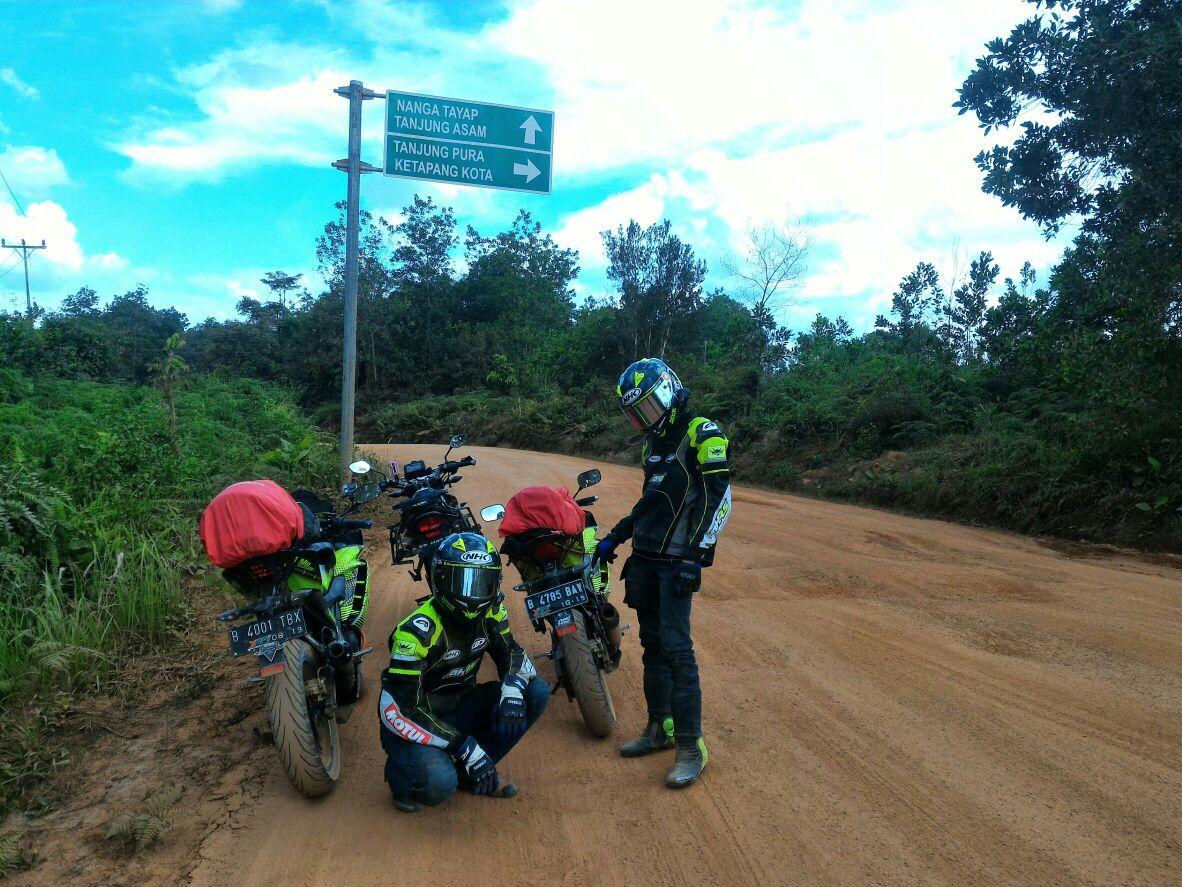 Madu Asli Dayak dan Terjebak Hujan di Tengah Hutan Tayan Hilir