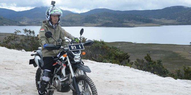 Pantau Jalan Trans Papua, Presiden Jokowi Naik Motor