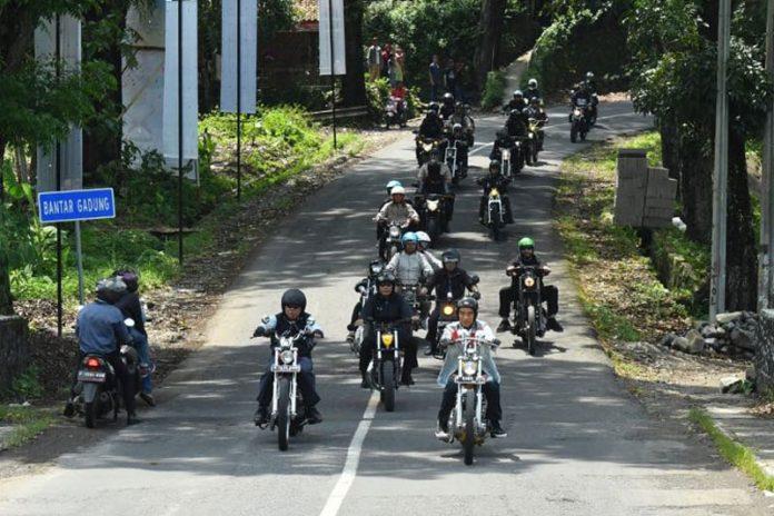 Presiden Jokowi riding