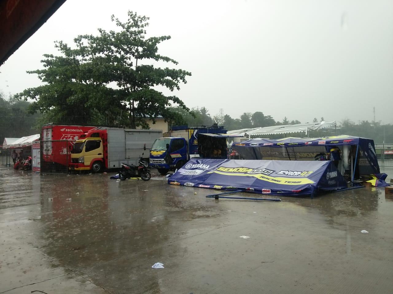 Diterjang Hujan Angin