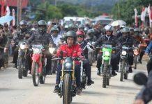 Presiden Jokowi Naik Motor Custom Jajal Jalan Perbatasan Trans Kalimantan