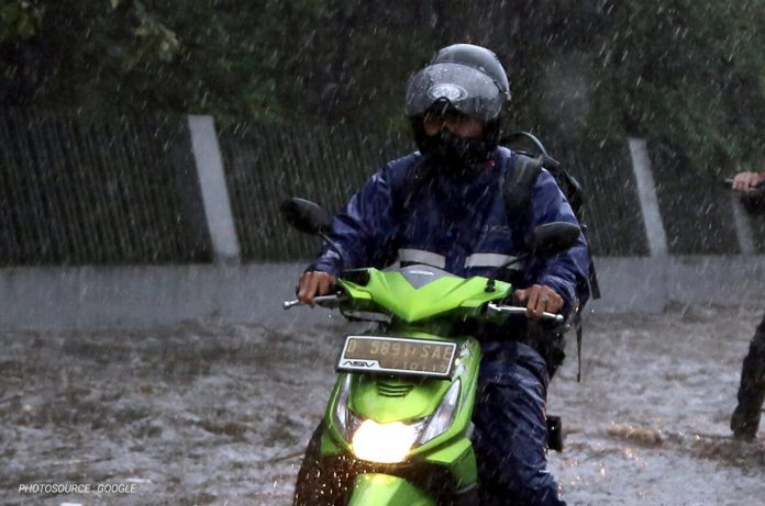 berkendara musim hujan