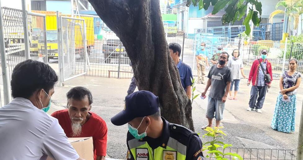 AHM Salurkan 990 Paket Sembako dan Bahan Sanitasi ke Masyarakat Sekitar